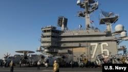 """在里根号航母上的C2-A型""""灰狗""""运输机 - 资料"""