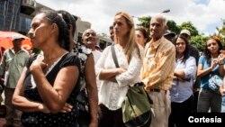 La esposa de Leopoldo López, Lilian Tintori, hace la fila para ingresar a los tribunales penales en Caracas.