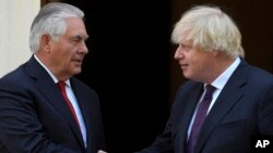 26일 영국을 방문한 렉스 틸러슨 미국 국무장관(왼쪽)이 보리스 존슨 영국 외무장관과 만났다.