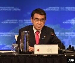 고노 다로 일본 외무상이 16일 캐나다 밴쿠버 컨벤션센터에서 열린 '한반도 안보 및 안정에 관한 벤쿠버 외교장관회의'에서 발언하고 있다.