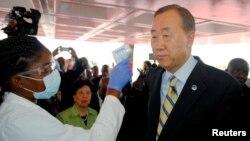 Sekjen PBB Ban Ki-moon diperiksa suhu tubuhnya saat tiba di bandar udara di Monrovia, Liberia (19/12). (Reuters/James Giahyue)