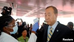 Sekjen PBB Ban Ki-moon dicek temperaturnya ketika tiba di Bandara Monrovia, Liberia, dalam kunjungannya ke wilayah yang terserang Ebola di Afrika Barat, 19/12/2014.