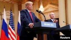 El presidente de Rusia, Vladimir Putin, hace un gesto durante una conferencia de prensa conjunta con el presidente de los Estados Unidos, Donald Trump, después de su reunión en Helsinki, Finlandia, el 16 de julio de 2018.