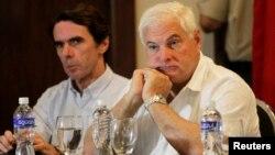 El presidente panameño Ricardo Martinelli, junto al ex presidente del gobierno español, José María Aznar, en Tela Honduras.