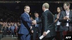 Medvedev ve Putin Birleşik Rusya Partisi'nin Moskova'da da yapılan kongresinde
