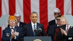 Prezidan Barack Obama ki tap pare pou l pran lapawòl nan okazyon 63èm selebrasyon Jounen Veteran yo vandredi 11 novanm 2016 la nan Simtyè Nasyonal Arlington nan Eta Vijini.