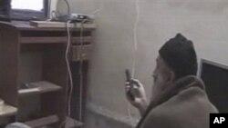 在五角大楼提供的录像中,本.拉登在看电视