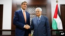 Menlu AS John Kerry saat bertemu dengan Presiden PAlestina Mahmoud Abbas di Ramallah, 23 JUli 2014 (Foto: dok).