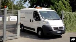 Автомобиль с телом Бо Соломона покидает морг. Рим, Италия. 4 июля 2016 г.
