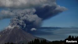 Gunung berapi Gunung Sinabung memuntahkan abu vulkanik ke udara saat erupsi di Karo, Sumatera Utara, 15 April (Foto: Antara/Maz Yons via REUTERS