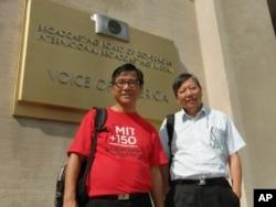 麥海華(左)與李卓人(右)在美國之音總部外合照