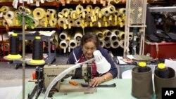 Fábrica de ropa en Pompano Beach, Florida: la mayoría los empleos creados están en los extremos de la línea de contrataciones.