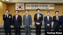 지난 9월 서울변호사교육문화관에서 열린 한반도 인권과 통일을 위한 변호사 모임 창립대회에서 김태훈 상임대표(왼쪽) 등 운영위원들이 인사말을 하고 있다.