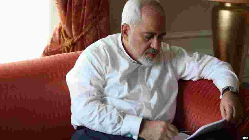 محمدجواد ظریف وزیر امور خارجه ایران در حال مطاله در اتاق هیئت ایرانی در هتل کوبورگ