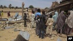 5일 폭탄테러가 발생한 나이지리아 포티스쿰 시 교회에 사람들이 몰려들었다.
