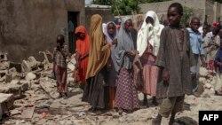 Des enfants se rassemblent sur les lieux d'un attentat à Maiduguri, au nord-est du Nigeria, le 17 juillet 2017.