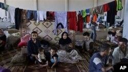 Một gia đình người Syria tại cửa khẩu biên giới Bab Al-Salameh, hy vọng đến được một trong các trại tị nạn ở Thổ Nhĩ Kỳ. Hàng trăm ngàn người Syria đã chạy trốn khỏi cuộc nội chiến và con số này tiếp tục gia tăng