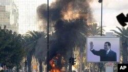 图为突尼斯前总统本.阿里的街头画像