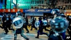 抗議者2019年9月6日星期五在香港彌敦道抗議期間面對警方追捕示威者。 (美聯社資料照片/ Vincent Yu)