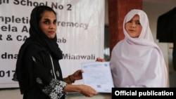 یو این ایچ سی آر کی پاکستان میں نمائندہ رویندرینی منیک دیویلا (دائیں) افغان طالبہ کو سرٹیفیکیٹ دیتے ہوئے
