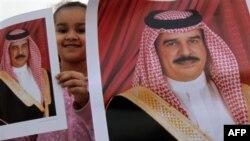 Дівчинка тримає потрет короля Бахрейну Хамада бін Ісса аль-Халіфа