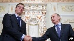 Srpski premijer Aleksandar Vučić rukuje se sa ruskim predsednikom Vladimirom Putinom tokom posete Moskvi