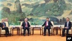 中國主席習近平和美國國務卿蒂勒森在北京人民大會堂會晤(2017年3月19日)。左起第一人為美國國務卿辦公室主任瑪格麗特·彼得林,右起第一人為中國國務委員楊潔篪。