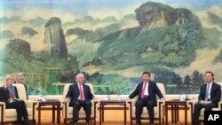 中国主席习近平和美国国务卿蒂勒森在北京人民大会堂会晤(2017年3月19日)。左起第一人为美国国务卿办公室主任玛格丽特·彼得林,右起第一人为中国国务委员杨洁篪。
