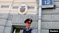 Polisi Rusia berjaga di depan keduataan Ekuador di Moskow, Rusia (24/6).