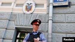 Полицейский у посольства Эквадора. Москва.
