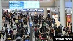 올해 3.1절 연휴기간에 인천국제공항 출국장 내 면세구역이 여행객들로 붐비고 있다.