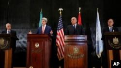 Kahire'de Arap Birliği Genel Sekreteri Nebil el Arabi, Mısır Dışişleri Bakanı Sami Şükrü ve BM Genel Sekreteri Ban Ki Moon'la bir araya gelen ABD Dışişleri Bakanı John Kerry