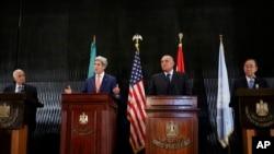 Dari kiri ke kanan,Menlu AS John Kerry, Sekjen Liga Arab Nabil al-Araby, Menlu Mesir Sameh Shukri, dan Sekjen PBB Ban Ki-moon, saat berbicara di Kairo untuk upaya gencatan senjata di Jalur Gaza (25/7).