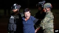 "Joaquin ""El Chapo"" Guzman dikawal menuju helikopter di hanggar di Mexico City, Mexico, 8 Januari 2016. (AP/Eduardo Verdugo)"