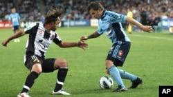 Alessandro Del Piero, à droite, et Bernardo Ribeiro de Newcastle, lors d'un match, Australie, le 13 octobre 2012. (AP Photo/Rob Griffith)