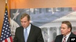 (左)默克里联邦参议员(Senator Jeff Merkley)以及(右)史密斯联邦众议员(Rep. Chris Smith)