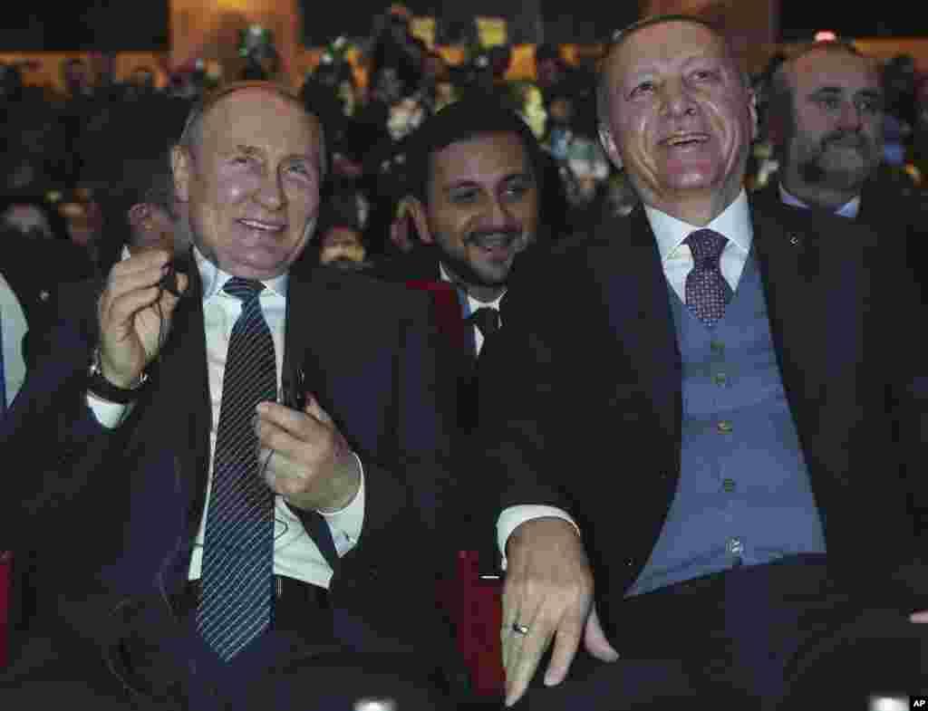 ولادیمیر پوتین در کنار رجب طیب اردوغان در سفر به استانبول ترکیه. رهبران دو کشور از ایجاد خط لوله گاز از روسیه به ترکیه خرسندند.