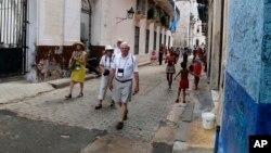 Des touristes américains se promènent dans le quartier du vieux Havana, Cuba, le 24 mai 2015.