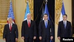 De izquierda a derecha, presidente de El Salvador, Salvador Sánchez Cerén; vicepresidente de EE.UU., Mike Pence; presidente de Guatemala, Jimmy Morales y presidente de Honduras, Juan Orlando Hernández en el Palacio Nacional de Cultura de Guatemala. Junio 28 de 2018.