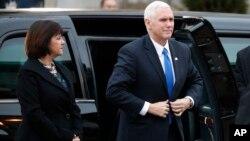 Le vice-président élu Mike Pence et sa femme Karen arrivent à l'église épiscopale de St. John en face de la Maison Blanche pour la messe avant l'investiture, à Washington, 20 janvier 2017.