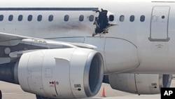 在索马里的摩加迪沙机场,一架客机上的洞很明显(2016年2月2日)