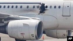 被炸開一個洞的達洛航空公司的班機停在索馬里摩加迪沙机場。(2016年2月2日)