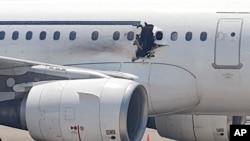 Một lỗ hổng bên hông chiếc máy bay của hãng Daallo Airlines, ngày 2/2/2016. Kẻ đánh bom đã bị bị văng ra khỏi máy bay qua lỗ thủng mà vụ nổ gây ra.