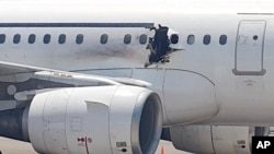 Lubang di badan pesawat yang dioperasikan oleh Daallo Airlines di bandara di Mogadishu, Somalia, 2 Februari 2016.