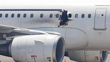L'appareil Daallo Airlines après son atterrissage d'urgence à l'aéroport de Mogadiscio, suite à une explosion le 2 février 2016. (AP Photo)