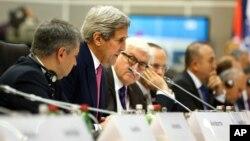 El secretario de Estado, John Kerry, habla durante las reuniones ministeriales de la OSCE en Belgrado, Serbia.