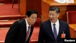 中国领导人习近平和中共中央政治局常委栗战书2018年3月11日在北京人大会堂举行的全国人大会议上交谈。