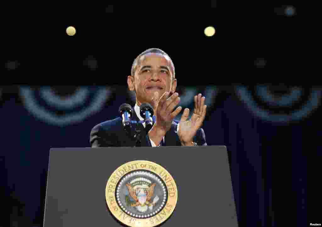 صدر اوباما اپنی جیت کی خوشی کا اظہار کر رہے ہیں