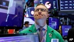 纽约证劵交易所的交易员在密切关注股市情况