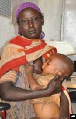 Aberu Shibru feeds her malnourished child at Jemjemo